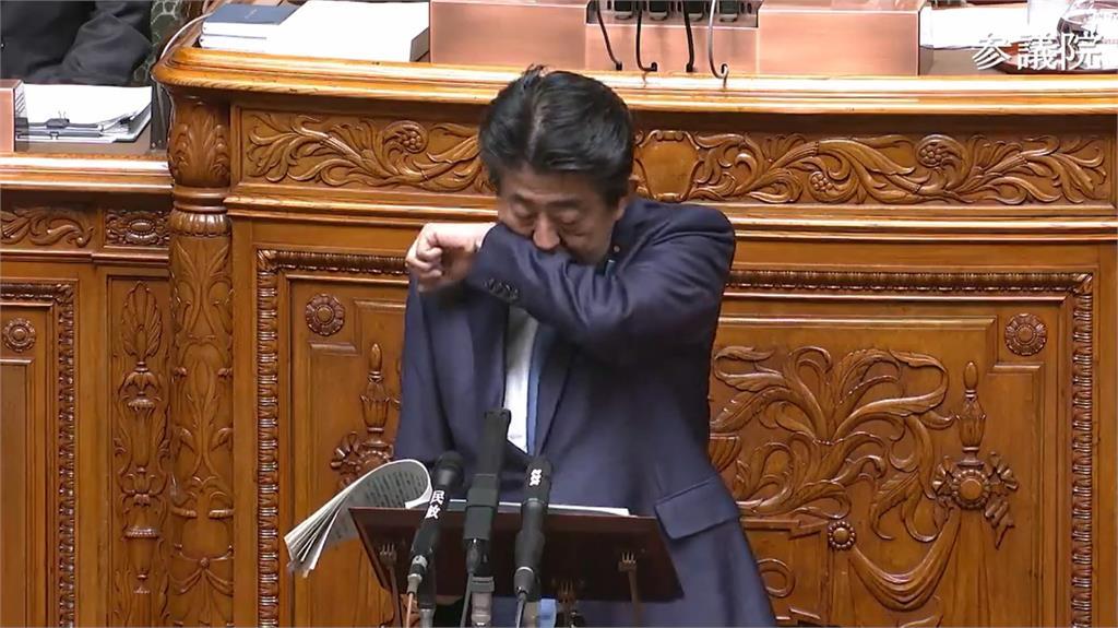 日首相再度酷酷掃 官房澄清:只是花粉症