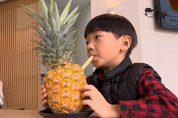 要吸就吸整顆!「霸氣」鳳梨果汁超夠味