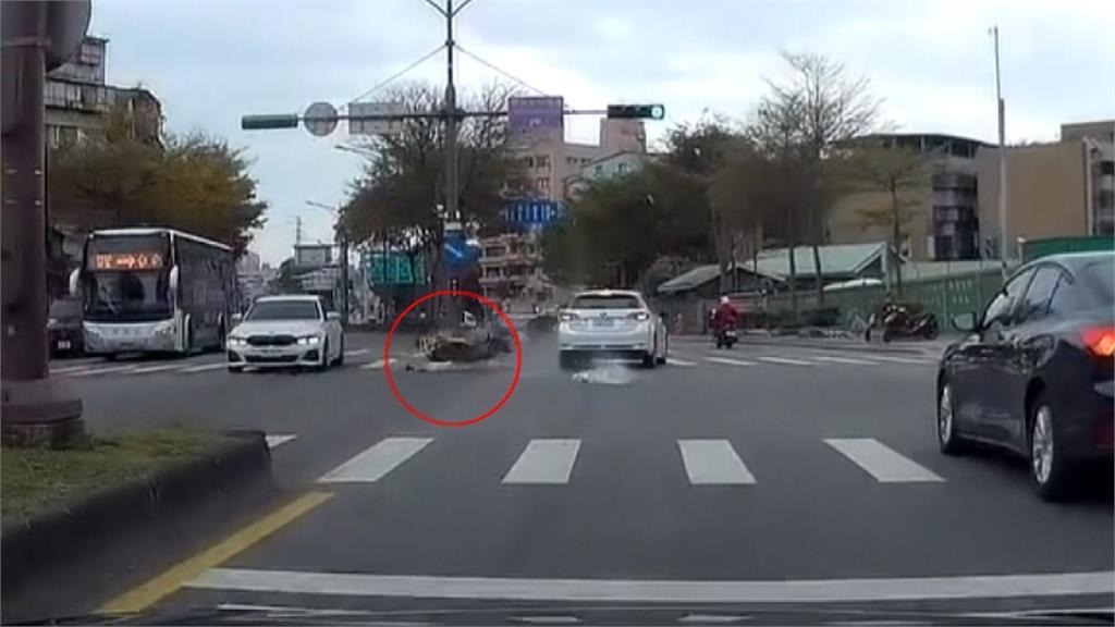 故障機車沒人騎高速爆衝 撞到只剩骨架