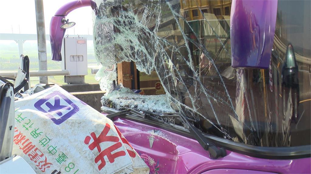 小轎車遭2大車包夾!車上母子3人受困