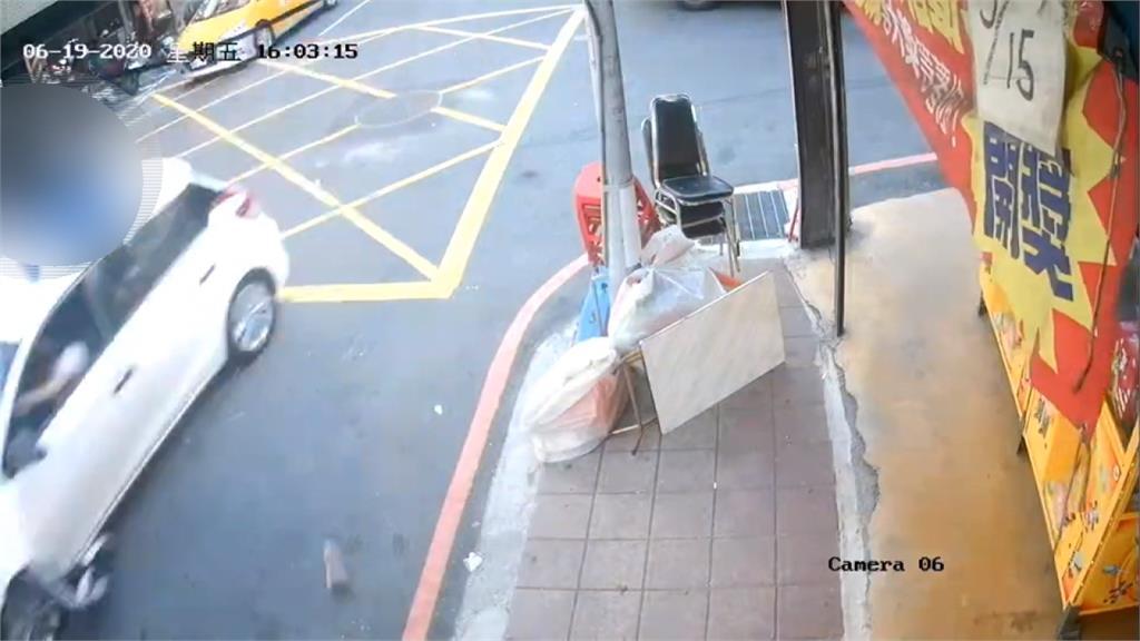 歹徒持刀闖車內逼開車 駕駛嚇壞橫衝直撞傷2人