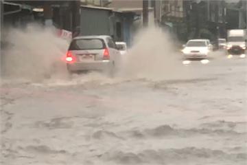快新聞/午後雷雨襲彰化 花壇鄉彰員路淹成小河