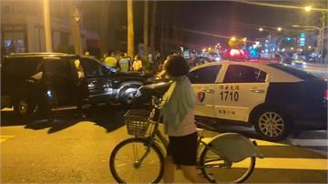 警包車圍捕逃亡通緝犯情侶 大批民眾圍觀還直播