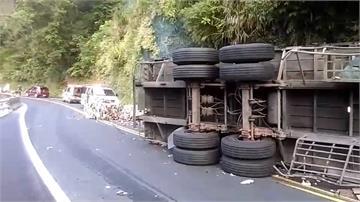 蘇花公聯結車自撞山壁翻車 駕駛卡車內