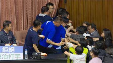快新聞/藍委死守主席台!民進黨突襲進場雙方大打出手 賴士葆流血了...