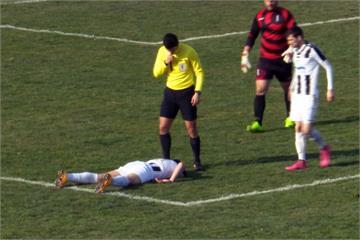 驚!被球擊中胸口 25歲足球員場上倒地猝死