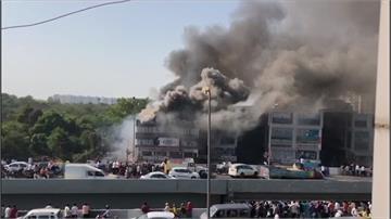 印度大樓惡火狂燒 補習班學生急跳樓當場摔死