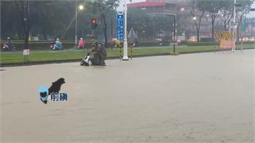 颱風外圍環流影響 高雄強降雨積水釀拋錨