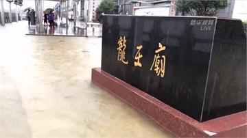 水淹進龍王廟、路上湧泉噴!中國武漢因暴雨成水都