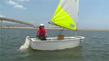 海上馭風而行!小小帆船手利落身手奪目