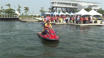 身障者水上樂園初體驗 潘孟安親拉香蕉船