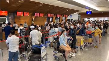 快新聞/「開心到睡不著覺!」 越南撤僑班機今載240名滯台越南人返家
