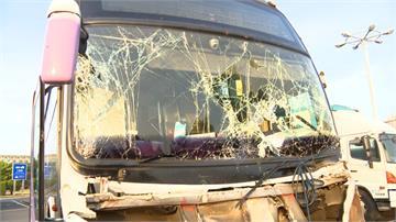 國光客運追撞拖板車釀13傷 司機左前臂骨折急送醫