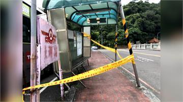 客運靠站撞候車亭 等車婦衰遭波及