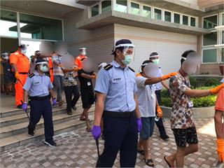 快新聞/海巡署1艦3艇強勢執法 押返越界中國漁船先給18船員快篩
