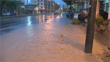 快新聞/大寮新厝路部分路段積水未退 水溝蓋不斷湧出泥水