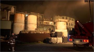 快新聞/五股化學工廠凌晨大火 消防人員坦言「搶救有難度」…延燒4戶毀160坪