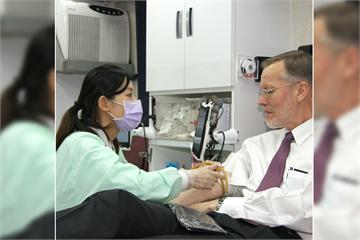 快新聞/疫情衝擊血庫酈英傑挽袖捐血! AIT捐88袋:很高興能回報台灣