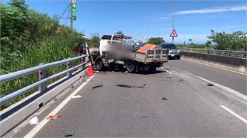 貨車司機彎腰撿東西 撞上護欄打橫波及砂石車
