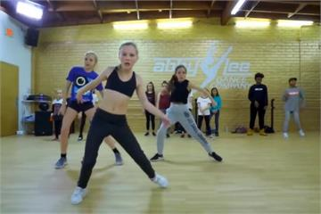軟骨12歲舞后「雙腿往後甩」舞姿驚豔眾人