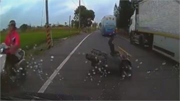 碰!遊覽車不當超車 害對向轎車急煞追撞