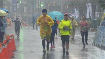 萬人雨中馬拉松 新加坡跑者讚台灣熱情