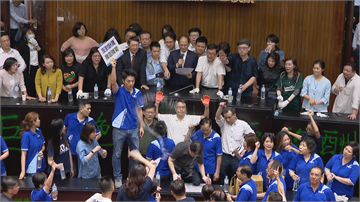 快新聞/綠委奪回主席台表決通過 6/29至7/22召開臨時會