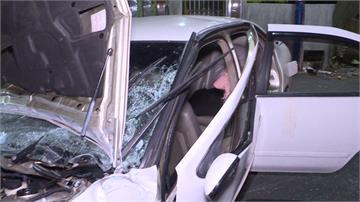 無照駕駛遇警拒攔查 小轎車失控自撞釀4傷