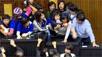 民進黨團下午清場立法院 藍綠再爆肢體衝突