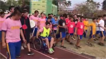 不讓同學留遺憾!全校伴他校慶坐輪椅跑接力最後一棒