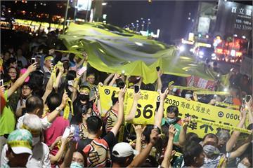 快新聞/罷韓遊行晚間撐起「民主黃布條」 群眾高喊:6月6號非韓不投