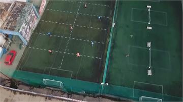 踢球也能保持安全距離 阿根廷踢真人版手足球
