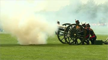 慶祝女王93歲生日 英國施放21響禮炮