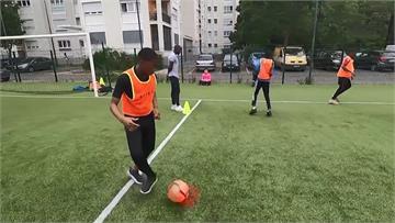 法國巴黎漸解封 足球營復辦限制10人