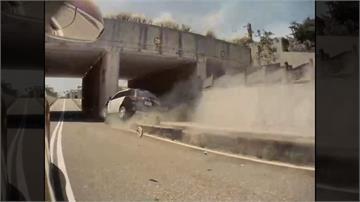 恍神?警車慘撞分隔島 網諷:磁浮警車