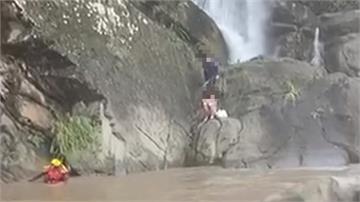 溪水暴漲情侶受困岩壁 勇消搭繩索救援