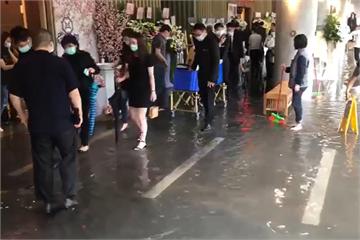 快新聞/午後暴雨北市二殯水淹腳踝 館內急堆沙包、喪家涉水辦告別式