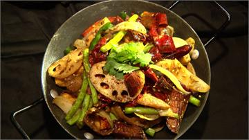 大腸、豆腐融入四川香料 蒜辣乾鍋火辣辣