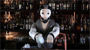 防疫上工最佳人選!南韓機器人酒保調酒、削冰球