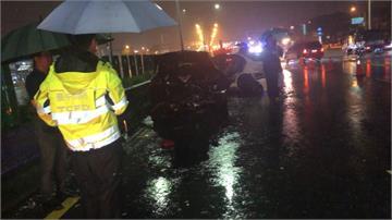 天雨路滑釀3車追撞!1車起火駕駛成焦屍