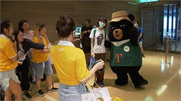 觀光局吉祥物「喔熊」舉辦見面會 粉絲嗨翻搶拍照