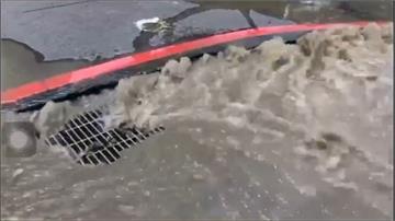 疑地下管線破裂 中和路面突冒「小噴泉」