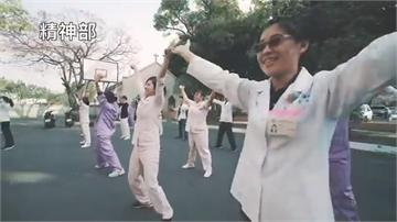 嘉義榮民醫護拍賀歲片 院長下海當泰山