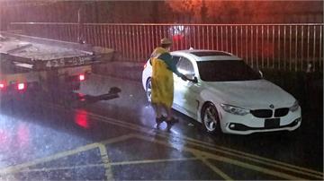 水淹及腰!轎車誤闖地下道 2人受困幸獲救