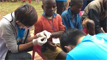 留美女碩士到非洲當志工 幫學生除沙蚤