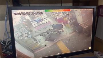 驚險一瞬間!5歲童站機車踏墊 催油門撞爆超市門