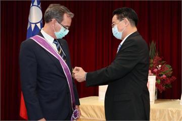 快新聞/吳釗燮頒贈勳章 駐瑞典代表言禾康:台灣是亞洲閃耀的民主典範