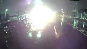 天雨「打水漂」釀連環追撞 一車起火駕駛燒死