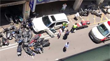 詭!賓士停路中央不動 下秒爆衝撞毀26輛機車