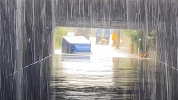 快新聞/雨彈炸大園區! 涵洞水淹達1米深 貨車卡水裡駕駛不知去向